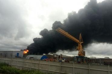 Пожар в Металлострой тушат с вертолета