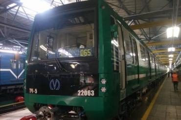 Зеленый состав прибыл в метро Петербурга