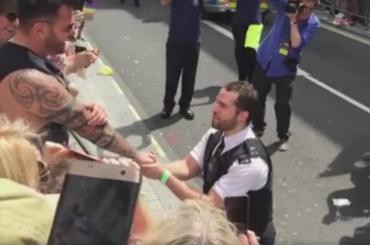 Британский полицейский сделал предложение партнеру на гей-параде