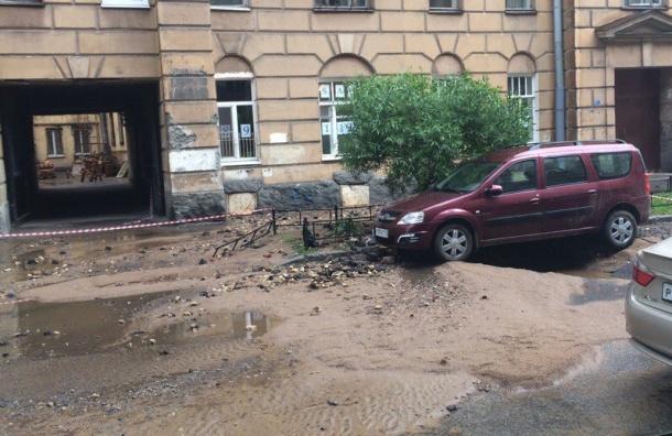 Трубу прорвало на 10-й Советской улице, движение перекрыто