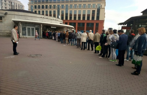 Очевидцы: люди стоят в очереди на «Электросиле» по 20 минут