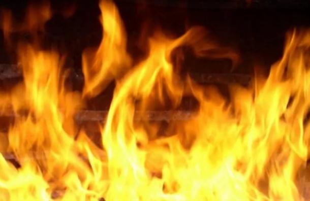 Горящую квартиру на Серебристом бульваре тушили 27 человек