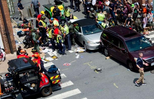 Автомобиль врезался вгруппу протестующих вВирджинии