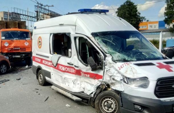 Машина медиков попала в ДТП под мостом в Петербурге
