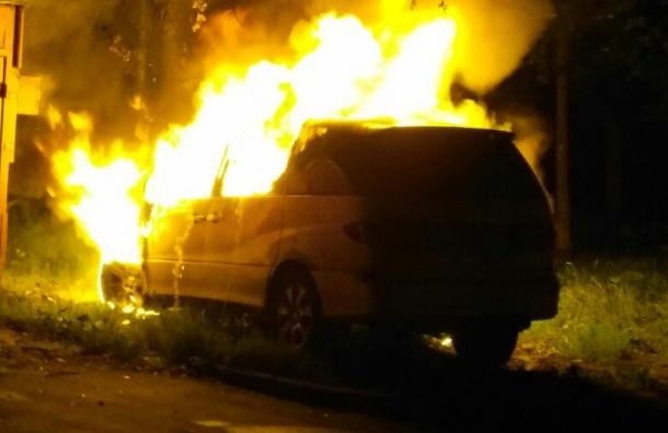 Иномарка сгорела ночью на проспекте Солидарности