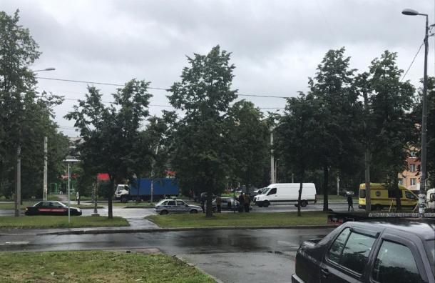 Двух пешеходов сбили на проспекте Ветеранов