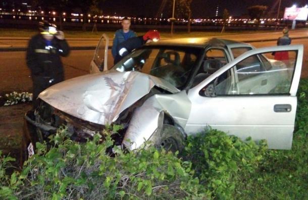 Пьяного водителя в Петербурге остановил лишь бетонный столб