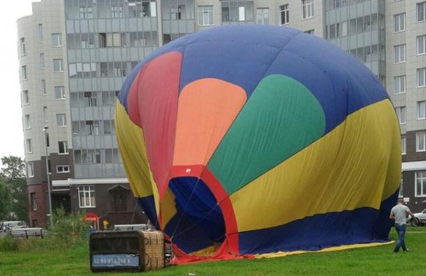 Воздушный шар приземлился во дворе жилого дома в Петергофе