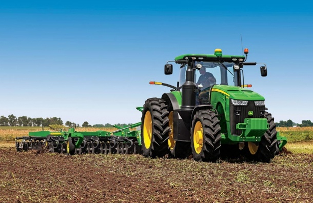 Трактор в Харькове задавил  в чистом поле загоравшего туриста из Германии