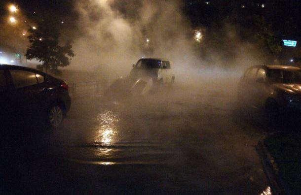 Машина после прорыва угодила в промоину на улице Кораблестроителей