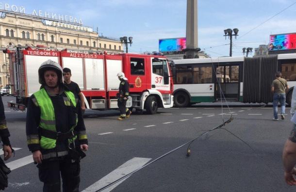 Проскочивший «на авось», автобус оборвал троллейбусные провода на Невском проспекте