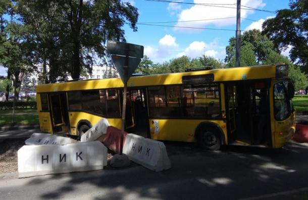 Автобус провалился на Савушкина