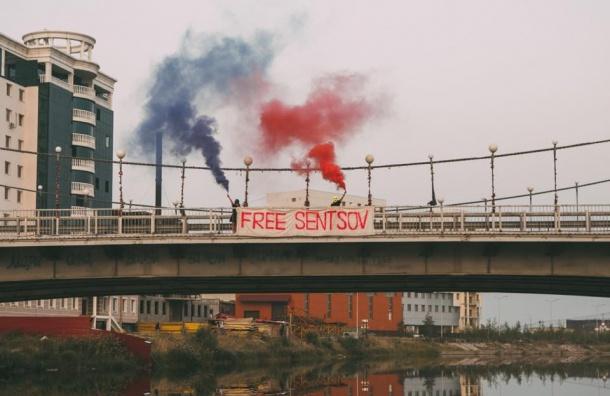 Полотно в поддержку украинского режиссера Сенцова вывесили на мосту в Якутии
