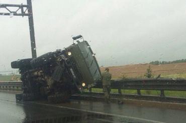 Военный КамАЗ перевернулся на Пулковском шоссе