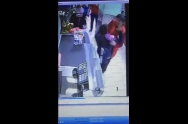 СМИ: сотрудница «Пятерочки» напала наподростка из-за «доски»