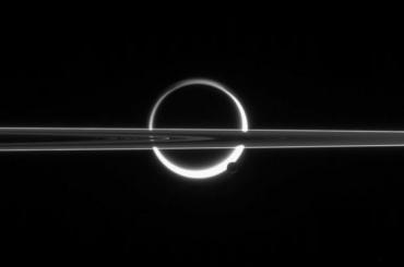 NASA опубликовало завораживающие кадры затмения на Сатурне