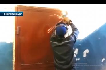 """Коммунальщики """"замуровали"""" должника в квартире"""