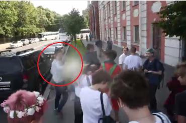 Журналист показал момент нападения на ЛГБТ-активистов в Петербурге