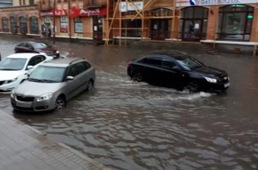 """Машины """"плавают"""" по Пскову"""