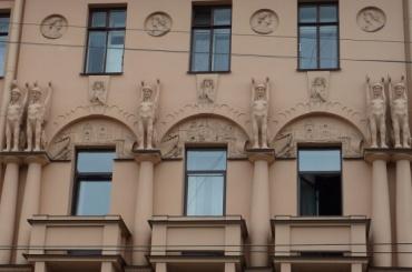 Неизвестные снесли голову скульптуре на доме Ахматовой в Петербурге