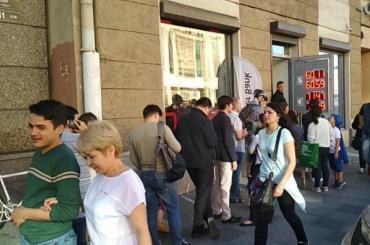 Петербуржцы выстроились в очереди за валютой