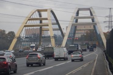 Движение машин ограничили на КАД по мосту через Большую Охту
