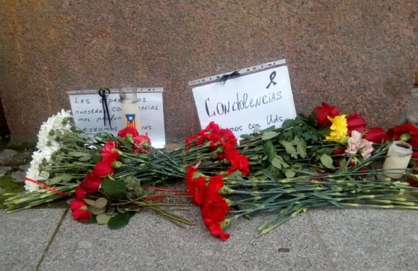 Петербуржцы несут цветы к зданию генконсульства Испании