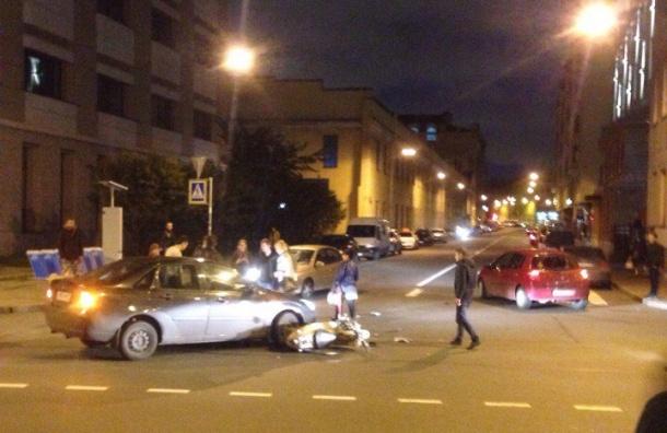 Двух скутеристов вечером сбили в Петербурге