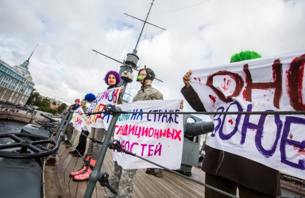 Клоуны-милитаристы пробрались на «Аврору» для антивоенной акции