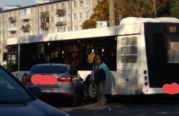 Легковушка протаранила автобус на проспекте Космонавтов