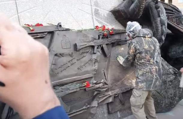 Полиция задержала рабочих, снявших с памятника Калашникову табличку