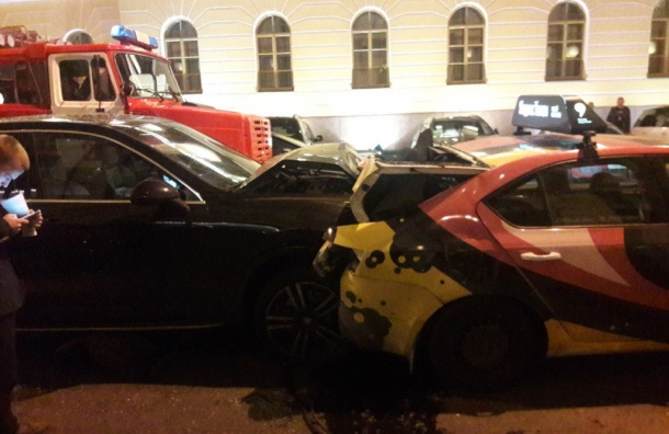 ВПетербурге повине водителя иномарки случилось массовое ДТП