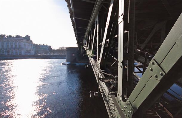 Молодой мужчина упал с Дворцового моста