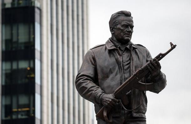 Схему немецкой винтовки разглядели на памятнике Калашникову в Москве