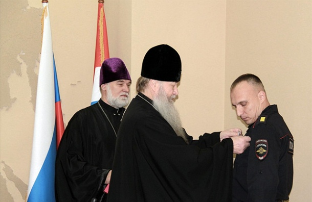 Росгвардейцы получили медали за поимку напавшего на памятник Николаю II