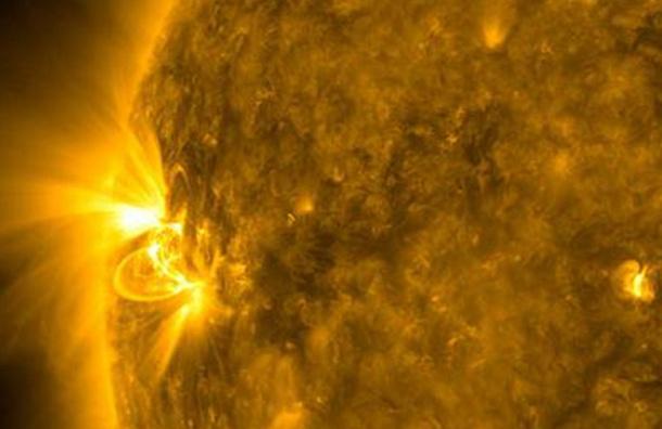 Мощная вспышка на Солнце уничтожает линии поля Земли