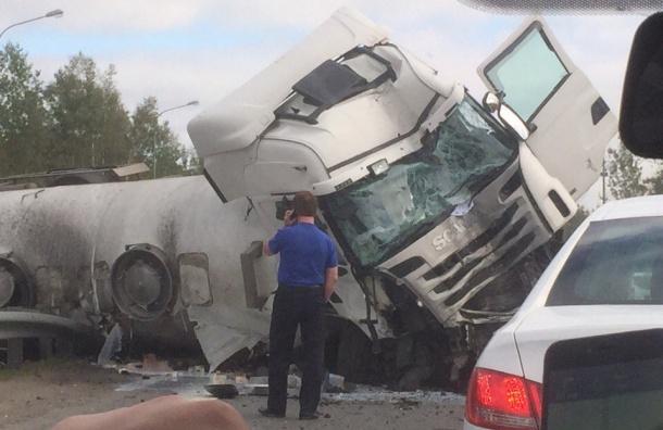 Молоковоз опрокинулся на Мурманском шоссе