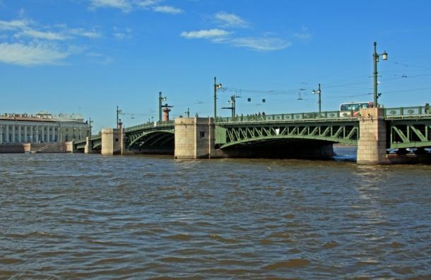 Дворцовый мост днем закрывали из-за таинственной яхты