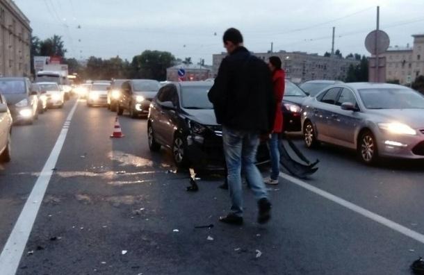 На Стачек иномарка отбросила мотоциклиста под маршрутку