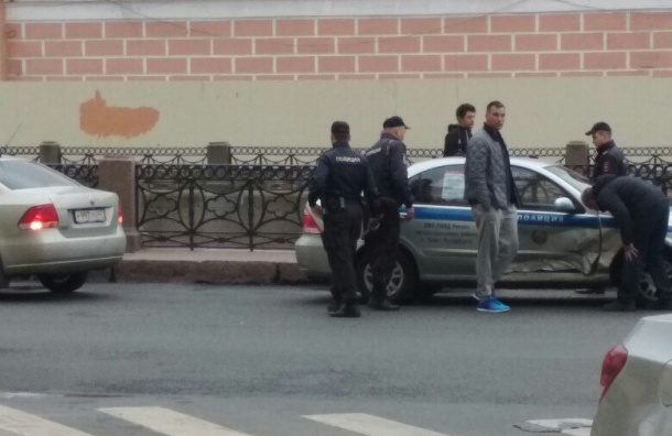 Машина полиции получила удар в бок на Мойке