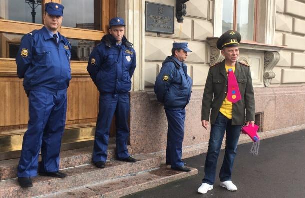Розовые галстуки раздавал активист увхода впетербургский парламент