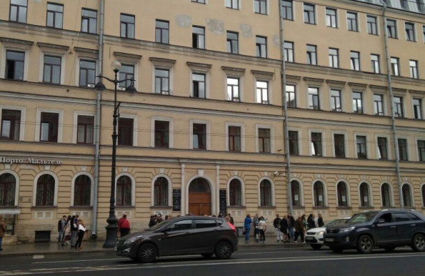Эвакуировали администрацию Центрального района и МФЦ на Невском