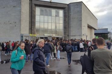 Очевидцы: вход настанцию «Улица Дыбенко» затруднен