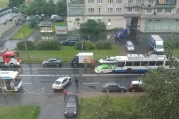 Такси врезалось в троллейбус на Будапештской улице