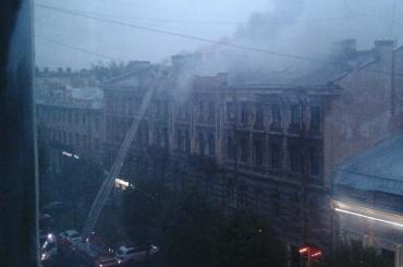 Два десятка жителей дома в центре Петербурга эвакуировали из-за пожара