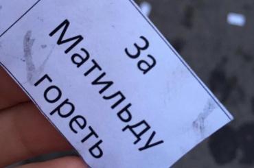 Песков назвал поджог машин у офиса адвоката Учителя «уродливыми проявлениями»