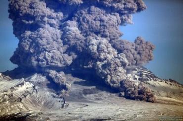 Два вулкана выбросили столб пепла на Камчатке