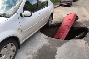 Машина провалилась под асфальт в Кудрово