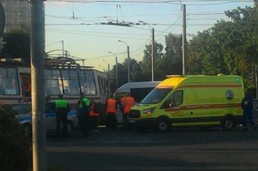 Микроавтобус протаранил трамвай на проспекте Ветеранов