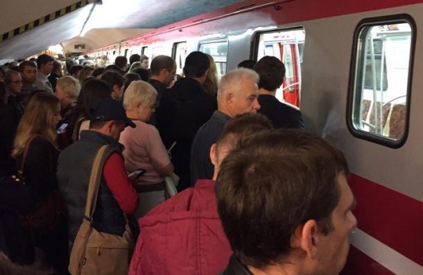 Пассажиры сломали дверь нового поезда в метро Петербурга